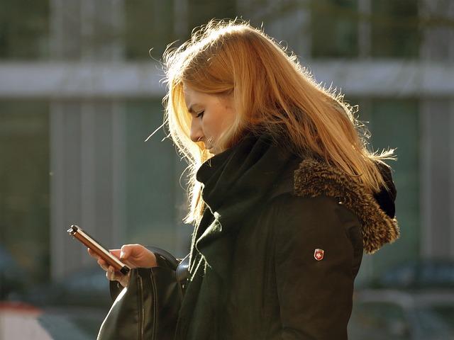 blondýna s mobilem