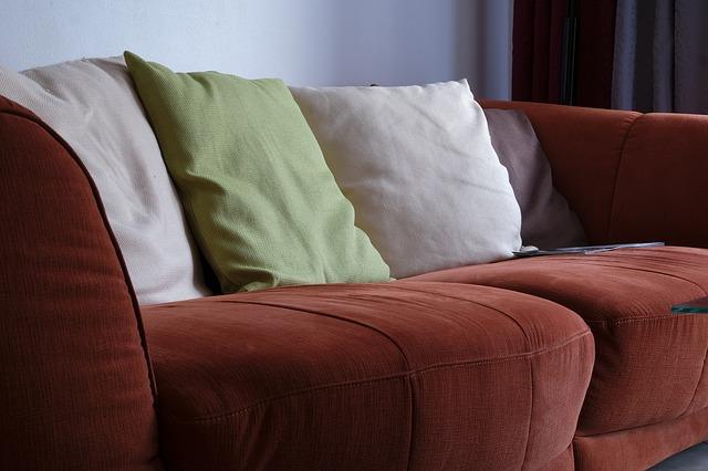hnědý gauč