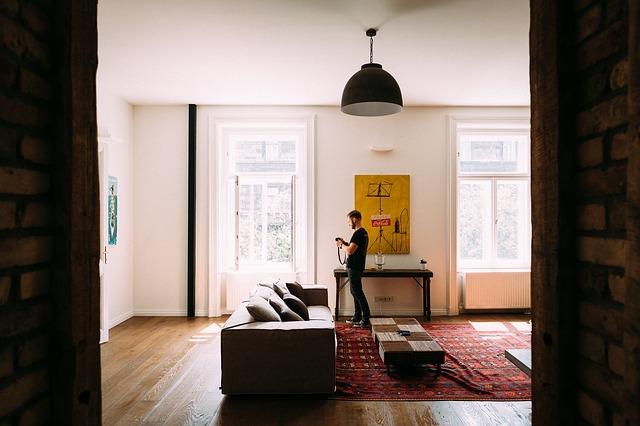 muž v obýváku