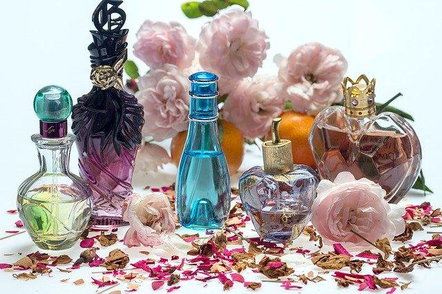 různé parfémy