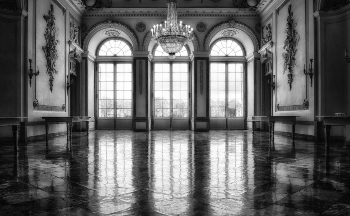 okna v sále